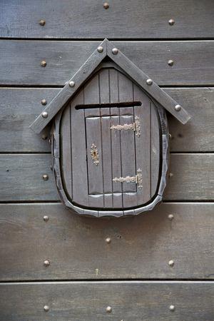 poster �lectronique abstraite rouill�e laiton brun marteau dans un curch de porte ferm�e bois lombardie italie Varese Azzate Banque d'images