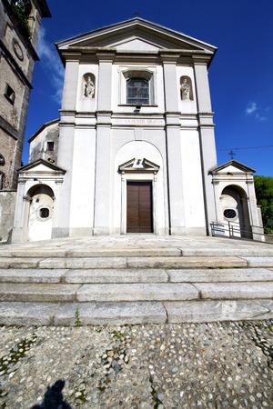 Sumirago vieille abstrait en Italie le mur et l'�glise clocher journ�e ensoleill�e