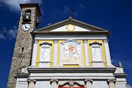 sunny day: Besnate vieja resumen en italia la pared y la iglesia campanario d�a soleado