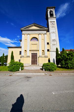 distort: distorsionar la iglesia arno solbiate italia la antigua terraza pared campanario paso y la acera