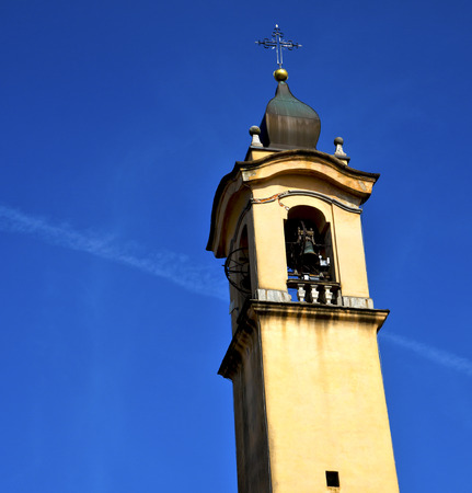sunny day: vinago vieja resumen en italia la pared y la iglesia campanario d�a soleado Foto de archivo
