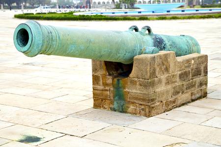 bombard: cannone in bronzo in Africa Marocco verde e la vecchia pavimentazione
