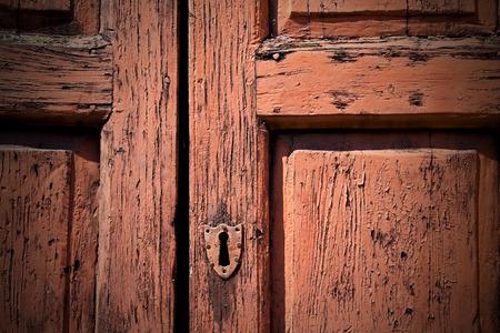 puertas de madera: puerta de madera vieja en Italia Ancian con uñas y textura trasditional