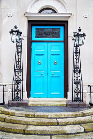 Mango azul en londres antigua puerta oxidada del clavo de bronce y luz Foto de archivo - 45088028