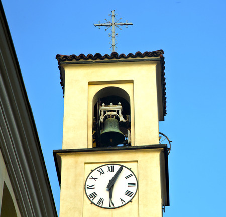 sunny day: solbiate olona viejo resumen en italia la pared torre e iglesia campana d�a soleado