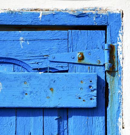 ongles en m�tal sale peinture d�pouill�e dans la porte de bois rouge brun et marteau rouill�