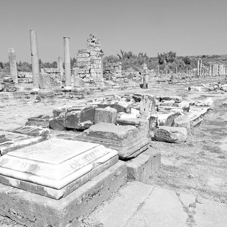 Roman temple: construcción antigua en Turquía asia la columna y el templo romano Editorial