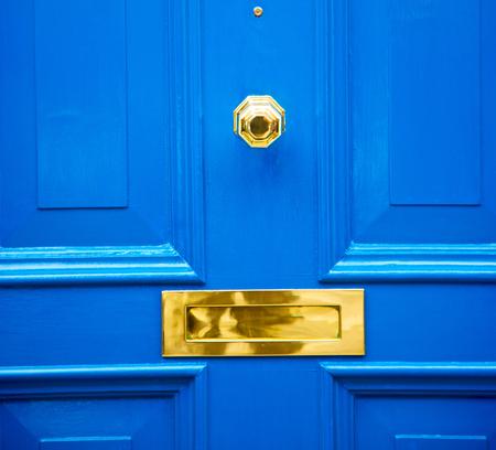 런던 골동품 문 녹슨 황동 손톱 빛 파란색 손잡이 스톡 콘텐츠
