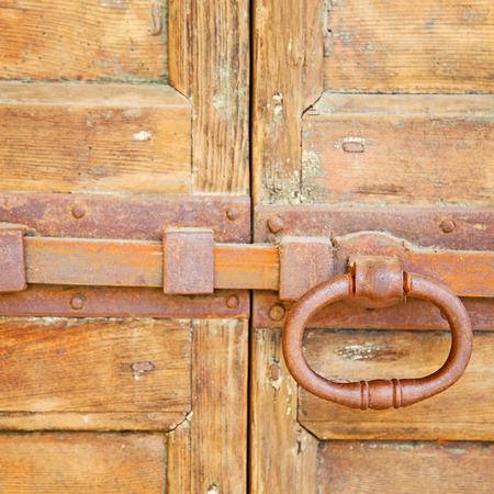 cerrar la puerta: europe old in  italy  antique close brown door and rusty lock  closeup