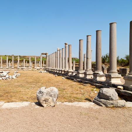 Roman temple: construcci�n antigua en Asia Turqu�a la columna y el templo romano