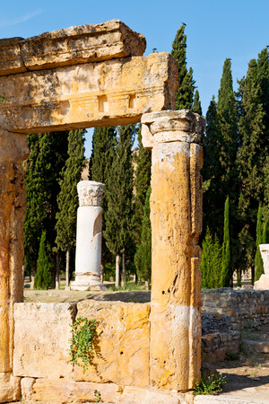 templo romano: pamukkale    old       construction in asia turkey the column  and the roman temple Foto de archivo