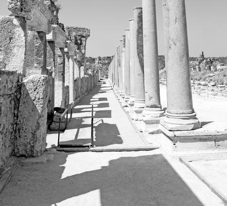 Roman temple: piedra en la construcción de Perge asia pavo y templo romano