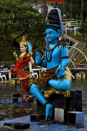 hinduism: m�rmol estatua de madera azul de un hinduismo serpiente Shiva Vishnu Brahma en un templo cerca de un lago en la Isla Mauricio �frica Foto de archivo