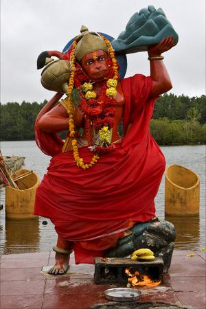 hinduism: estatua de madera de m�rmol de un mono hinduismo Shiva Vishnu Brahma en un templo cerca de un lago en la Isla Mauricio �frica