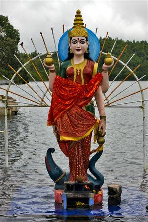 hinduism: estatua de madera de m�rmol de una mujer hinduismo Shiva Vishnu Brahma en un templo cerca de un lago en la Isla Mauricio �frica Foto de archivo