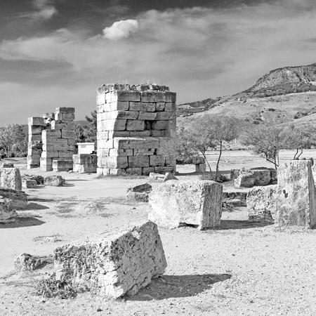 templo romano: construcción antigua Pamukkale en Turquía asia la columna y el templo romano