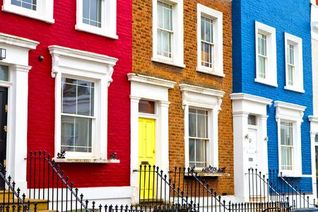 Notting Hill en Londres antigua puerta de la pared antigua y suburbana Foto de archivo - 48283013