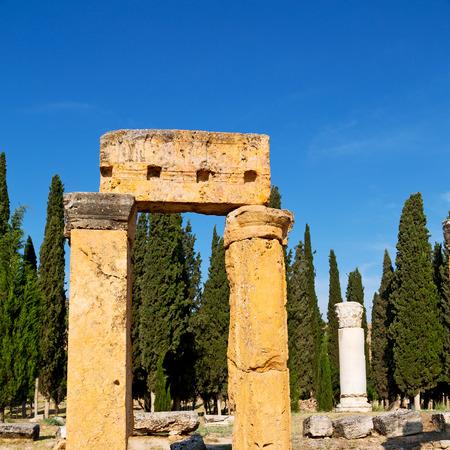 templo romano: construcción antigua pamukkale en Asia Turquía la columna y el templo romano Foto de archivo