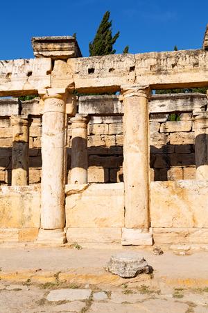 templo romano: pamukkale    old       construction in asia turkey the column  and the roman temple Foto de archivo
