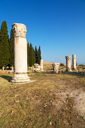 Roman temple: construcción antigua pamukkale en Asia Turquía la columna y el templo romano Foto de archivo