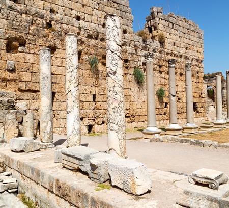 templo romano: construcción antigua en Asia Turquía la columna y el templo romano