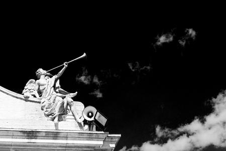 trompeta: mármol en la antigua construcción histórica Italia Europa Milán y estatua