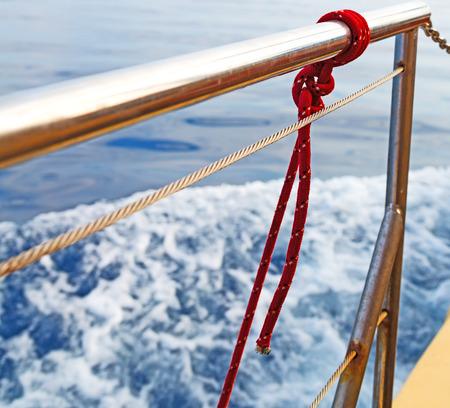 liny i metalu w niebieskim skay aocean Morza? ródziemnego Zdjęcie Seryjne