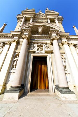 lombardia nel busto arsizio vecchia chiesa torre in mattoni chiuso marciapiede Italia Archivio Fotografico