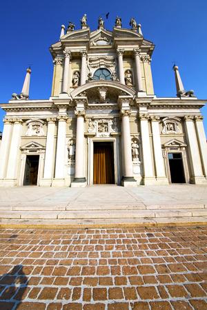 lombardia nel busto arsizio vecchia chiesa torre in mattoni chiuso marciapiede Italia