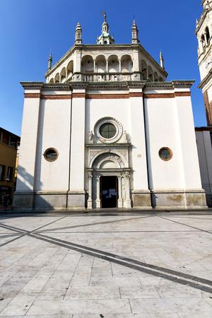 nel busto arsizio vecchia chiesa chiusa torre in mattoni marciapiede Italia Lombardia Archivio Fotografico
