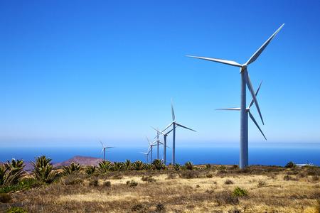 energías renovables: turbinas de viento y el cielo en la isla de lanzarote España áfrica Foto de archivo