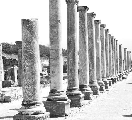 Roman temple: construcción antigua en Asia Turquía la columna y el templo romano