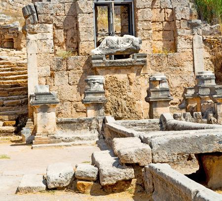 Roman temple: asia Grecia y un templo romano en Atenas la antigua construcción de piedra columna