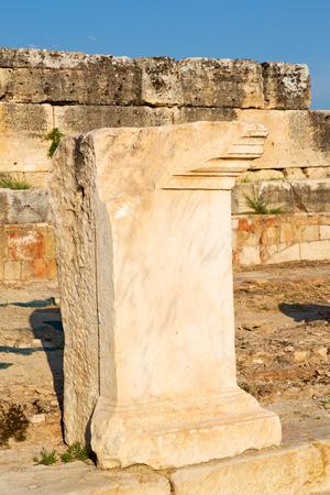 templo romano: construcci�n antigua Pamukkale en Turqu�a asia la columna y el templo romano