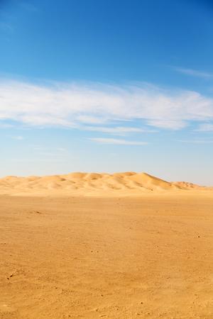 El cuarto vacío y dunas de arena al aire libre en Omán viejo desierto de Rub al Khali Foto de archivo - 54601158