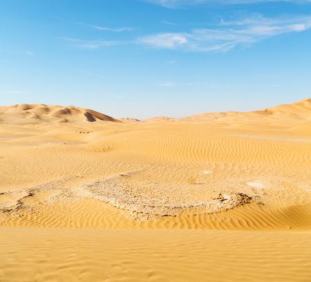 desierto del sahara: el cuarto vacío y dunas de arena al aire libre en Omán viejo desierto de Rub al Khali