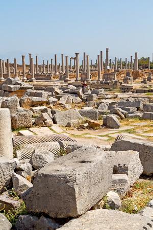 templo romano: piedra en la construcción de Perge asia pavo y templo romano