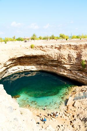 plantas del desierto: Omán montaña vieja y el agua en el cañón de Wadi oasi paraíso natural