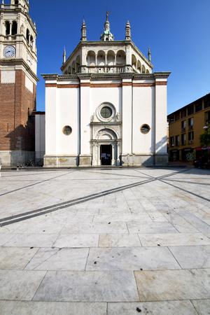 nel busto arsizio vecchia chiesa chiusa torre in mattoni marciapiede Italia Lombardia Editoriali