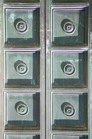 Busto Arsizio astratto arrugginito ottone marrone battente in una curch porta chiusa in legno Italia Lombardia