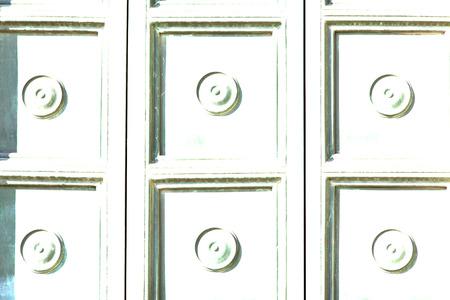 astratto brebbia arrugginito ottone marrone battente in una porta chiusa in legno chiuso Italia Lombardia Archivio Fotografico