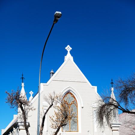 empedrado: desenfoque en el sur de África antigua iglesia en el centro de la ciudad de Graaf reinet y la construcción de la religión