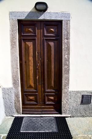 italia lombardia nella sumirago vecchia chiesa chiusa mattone parete della torre