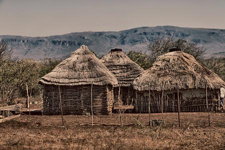 Desenfoque en Lesotho Malealea pueblo calle cerca del campo patio y coultivation Foto de archivo - 71233139