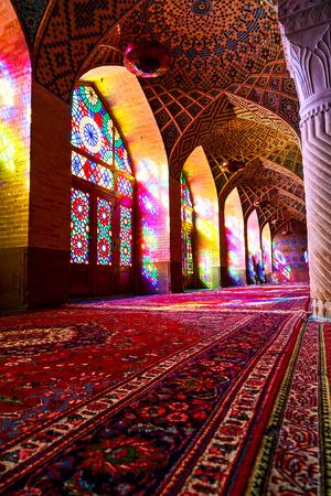 en Irán difuminar los colores de las ventanas de la antigua mezquita de luz escénica tradicional
