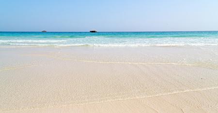 poblíž: relaxovat u oblohu v Ománu pobřeží mořská oceánu zálivu rock a pláže