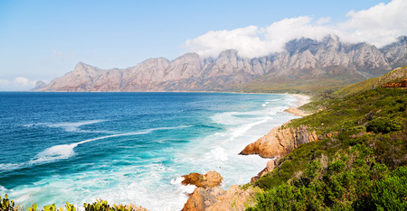 南アフリカ共和国の海岸線インド洋山と pkant とブッシュのビーチ近くでぼかし