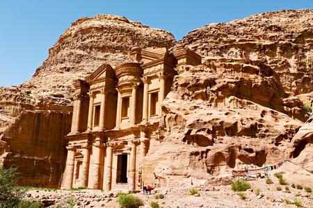 El sitio antiguo de petra en jordania el monasterio hermosa maravilla del mundo Foto de archivo - 78515716