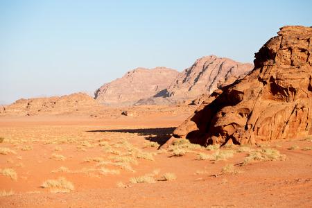 In der Wadi Rum Wüste von Jordan Sand und Berg Abenteuer Ziel Standard-Bild - 78665265