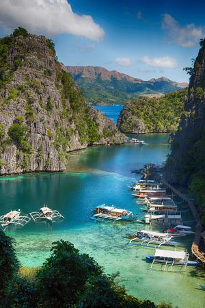 in de Filipijnen, uitzicht vanaf een klif van het prachtige paradijsbaai en de tropische lagune